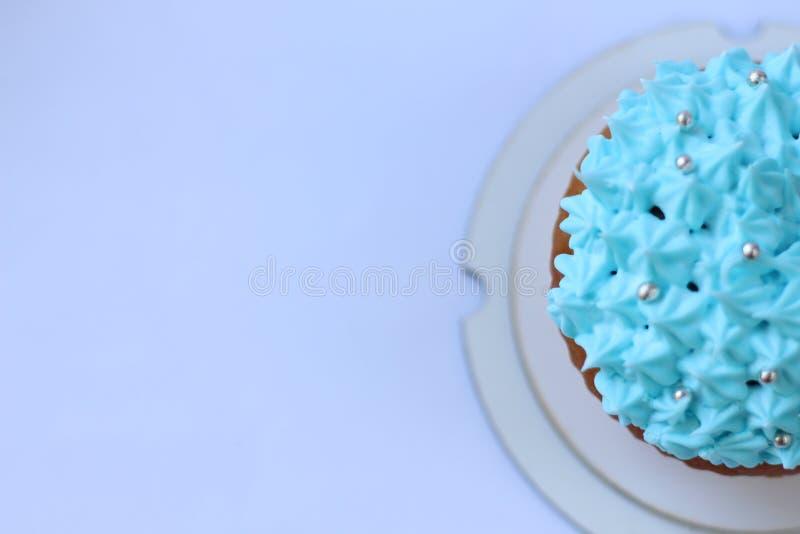 Petit gâteau bleu de crème anglaise, concept d'anniversaire photos libres de droits