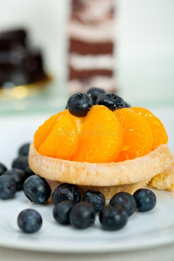 Petit gâteau crème de myrtille images libres de droits