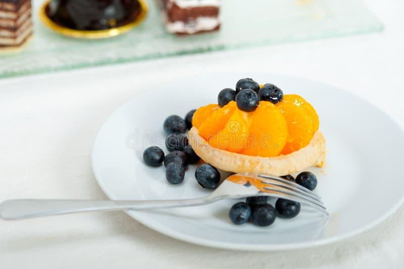 Petit gâteau crème de myrtille photos stock