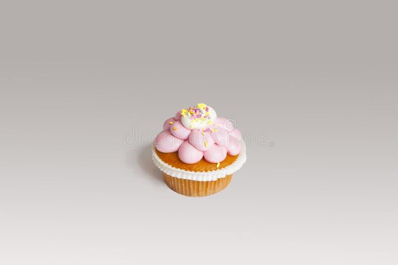 Petit gâteau délicieux avec le givrage rose photo stock