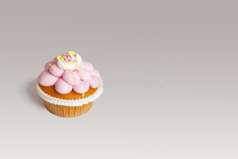 Petit gâteau délicieux avec le givrage rose, décentré images libres de droits