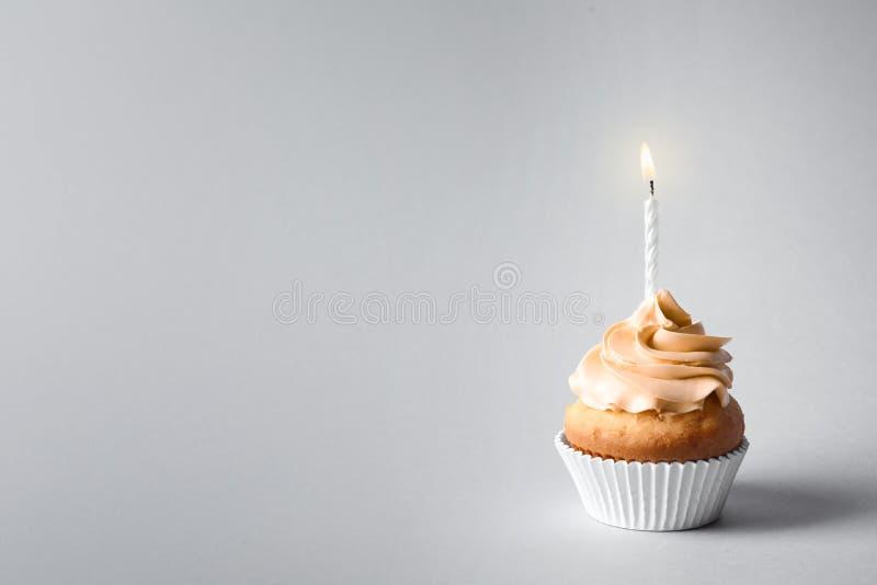 Petit gâteau délicieux d'anniversaire avec la bougie et l'espace image stock