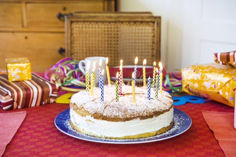 Petit gâteau délicieux d'anniversaire sur la table image libre de droits