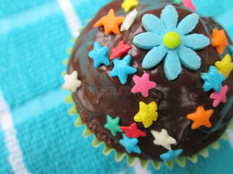 Petit gâteau délicieux et admirablement décoré images stock