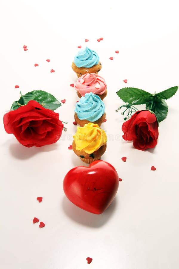 Petit gâteau délicieux pour Valentine Day Fait maison traditionnel avec les roses rouges image libre de droits