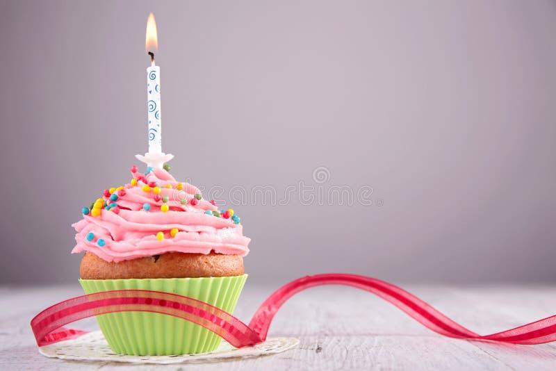 Petit gâteau d'anniversaire image stock