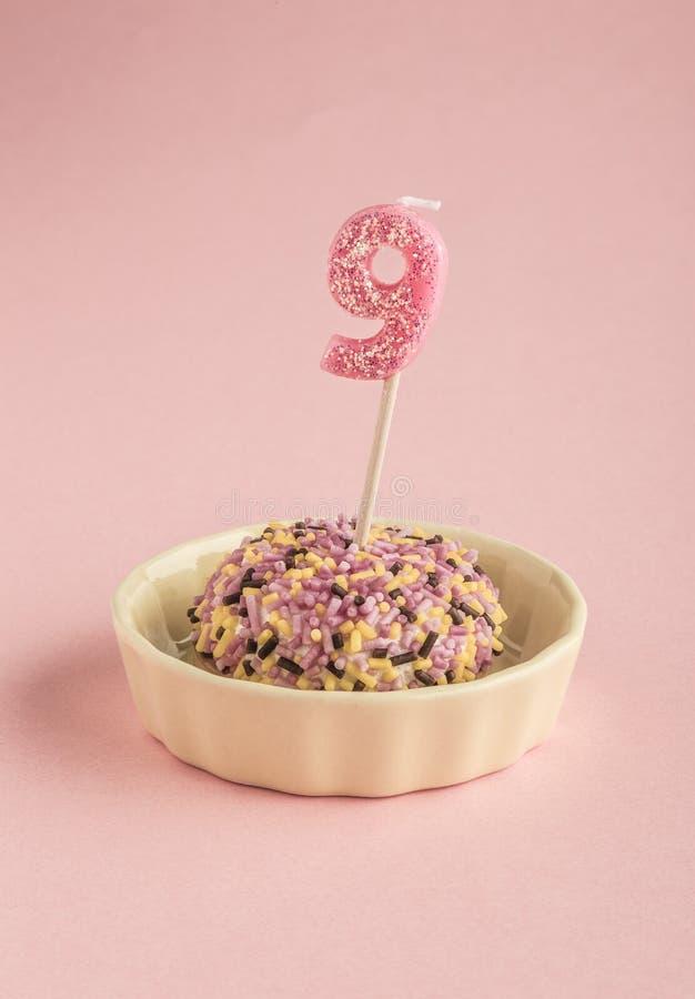 Petit gâteau d'anniversaire avec la bougie pour l'âge neuf images stock