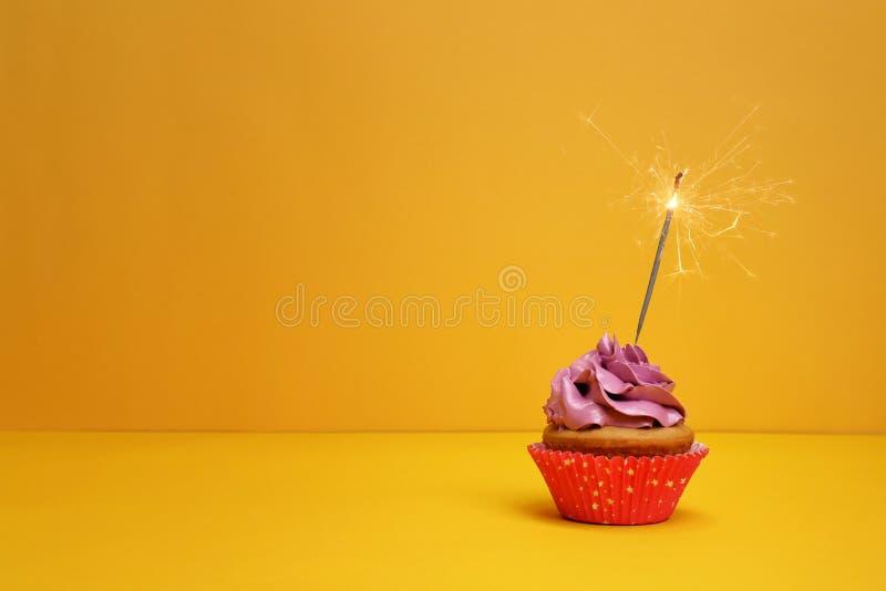 Petit gâteau d'anniversaire avec le cierge magique image stock