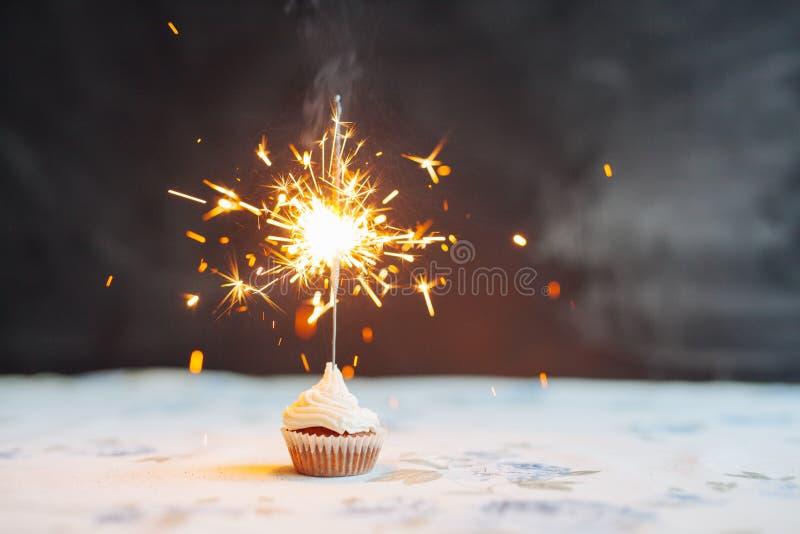 Petit gâteau d'anniversaire avec un cierge magique images libres de droits