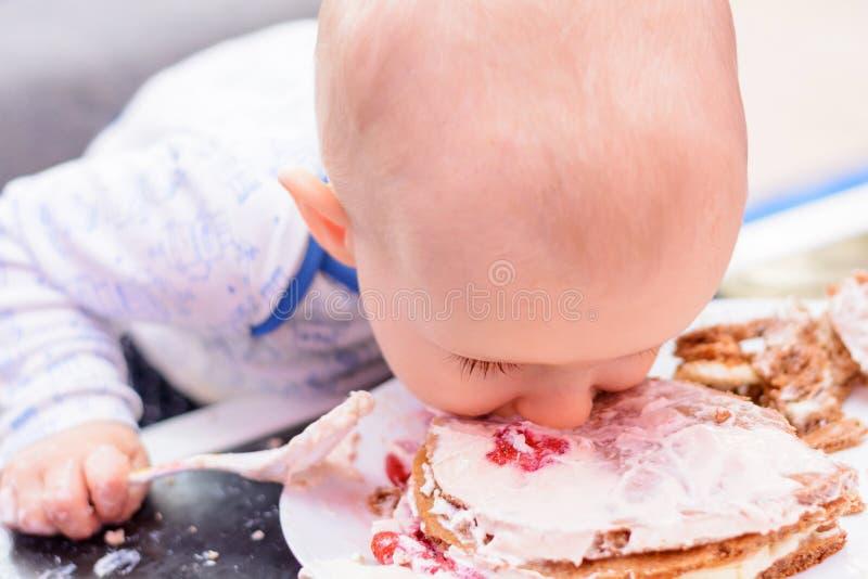 Petit gâteau d'anniversaire de fracas de bébé avec une cuillère, joyeux anniversaire photographie stock