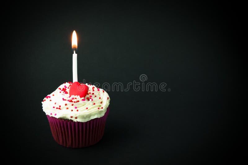 Petit gâteau d'anniversaire doux images libres de droits