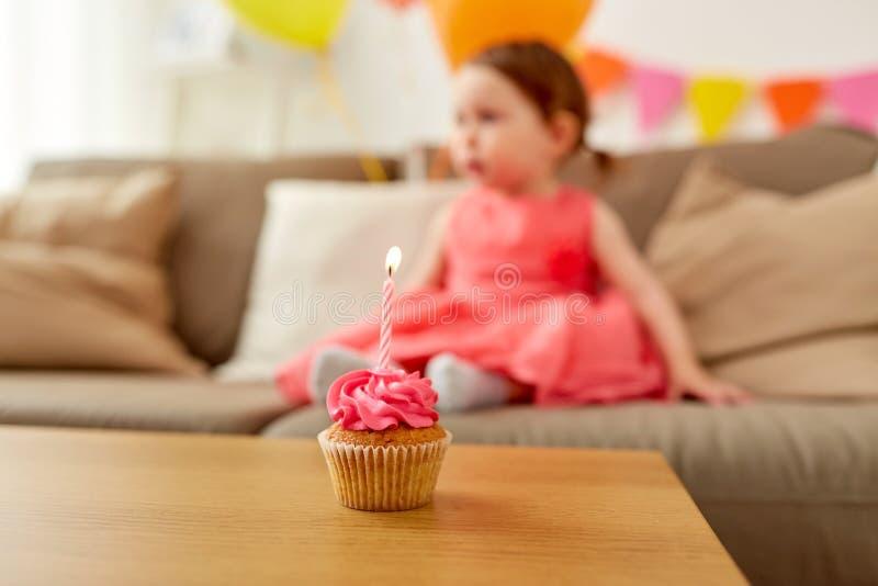 Petit gâteau d'anniversaire pour la partie de bébé à la maison photographie stock