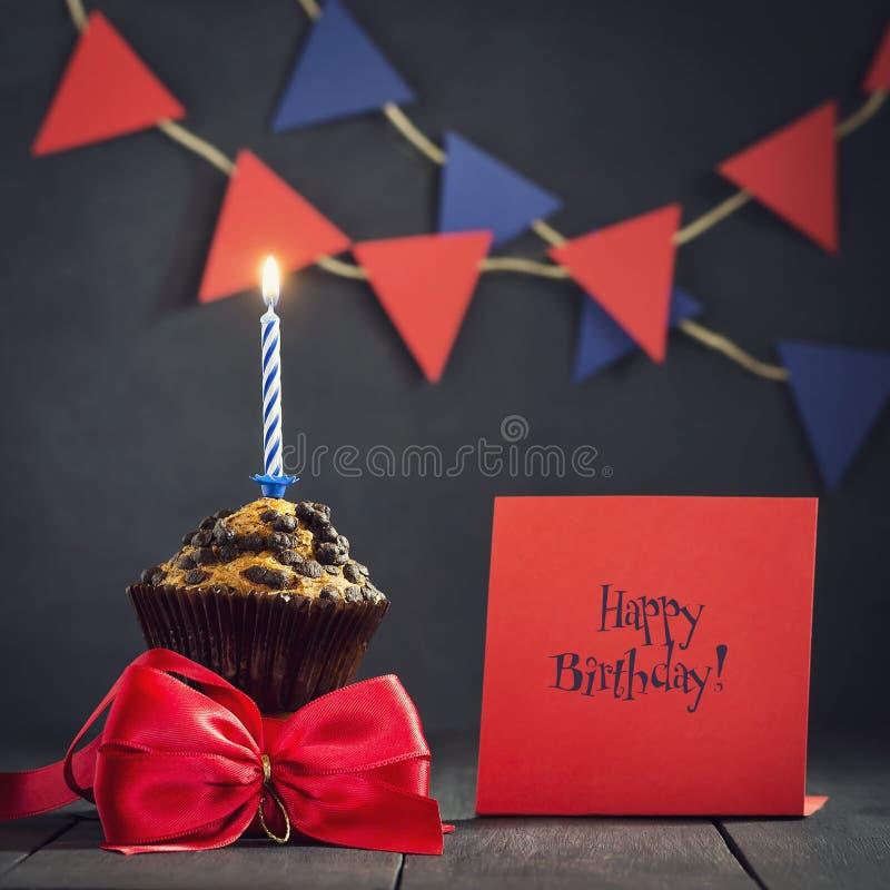 Petit gâteau d'anniversaire sur un fond foncé Joyeux anniversaire postcard Félicitations photos stock