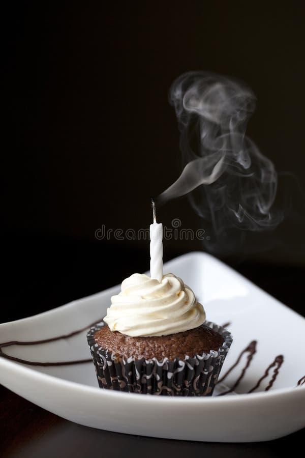 Petit gâteau de chocolat avec la bougie éteinte d'anniversaire photos libres de droits