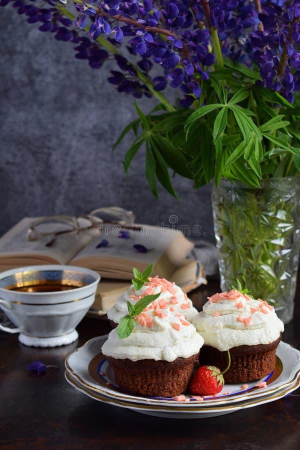 Petit gâteau de chocolat avec de la crème et des fraises de vanille Type de cru images stock