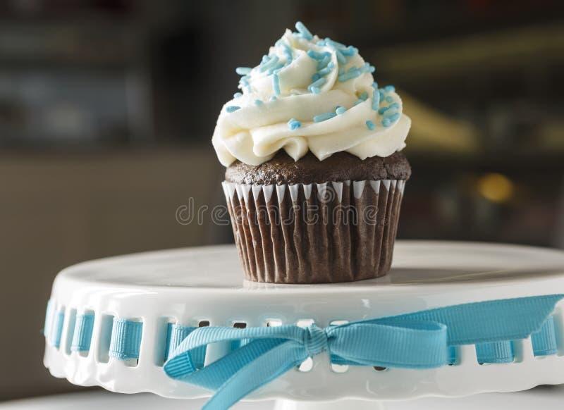 Petit gâteau de chocolat avec la fourchette photographie stock