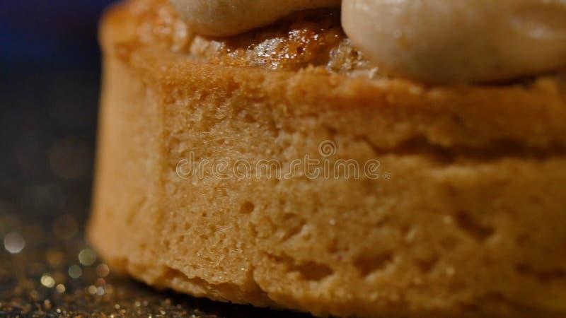 Petit gâteau de chocolat avec le fond de bleu de brun de crème de mousse de chocolat Gâteau savoureux avec de la crème photographie stock
