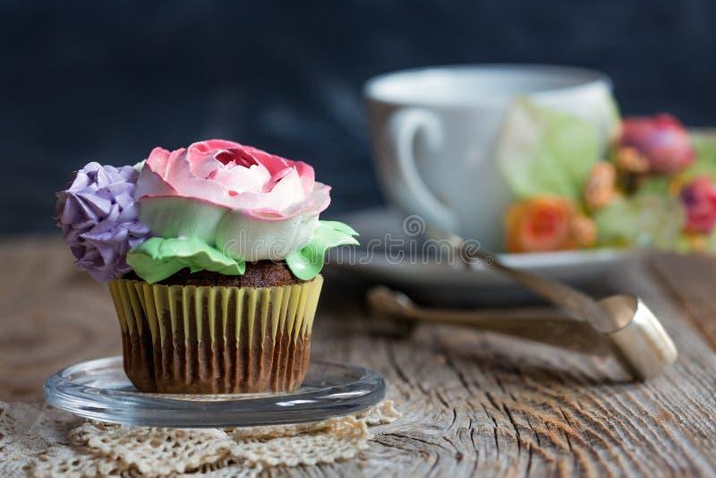 Petit gâteau de chocolat pour le thé photo libre de droits