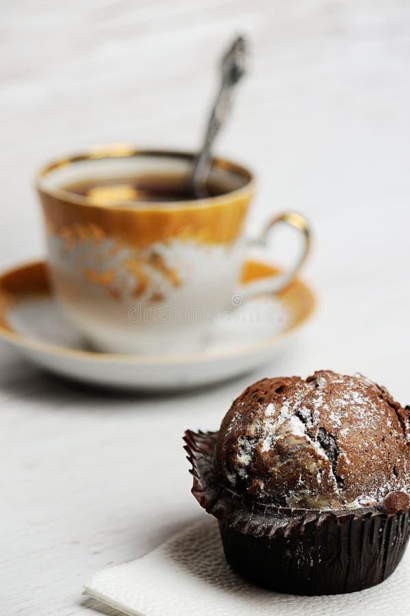 Petit gâteau de chocolat sur la table image libre de droits