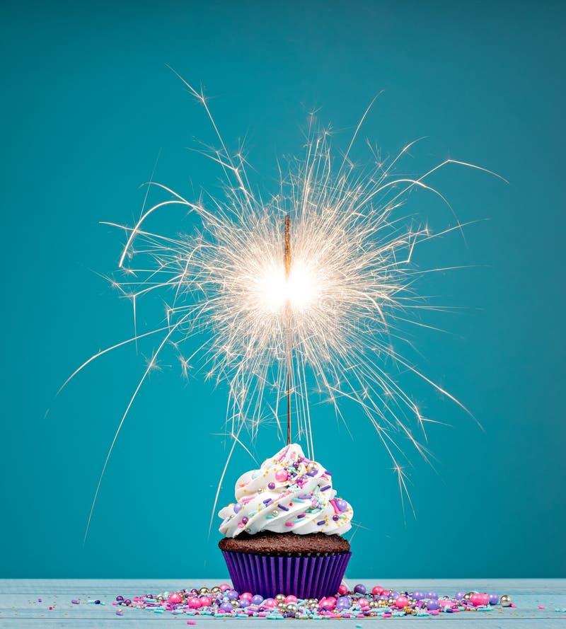 Petit gâteau de cierge magique d'anniversaire photographie stock libre de droits