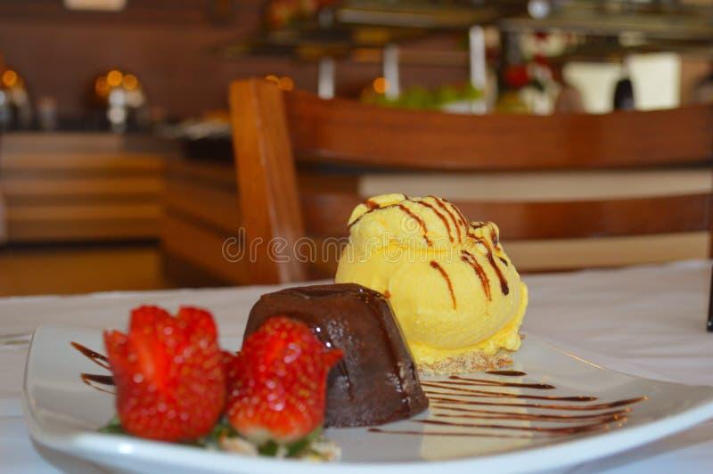 Petit gâteau de dessert dans la table images libres de droits