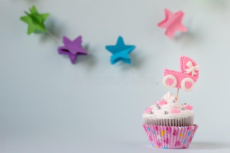 Petit gâteau de fête de naissance pour une fille L'espace des textes photo libre de droits