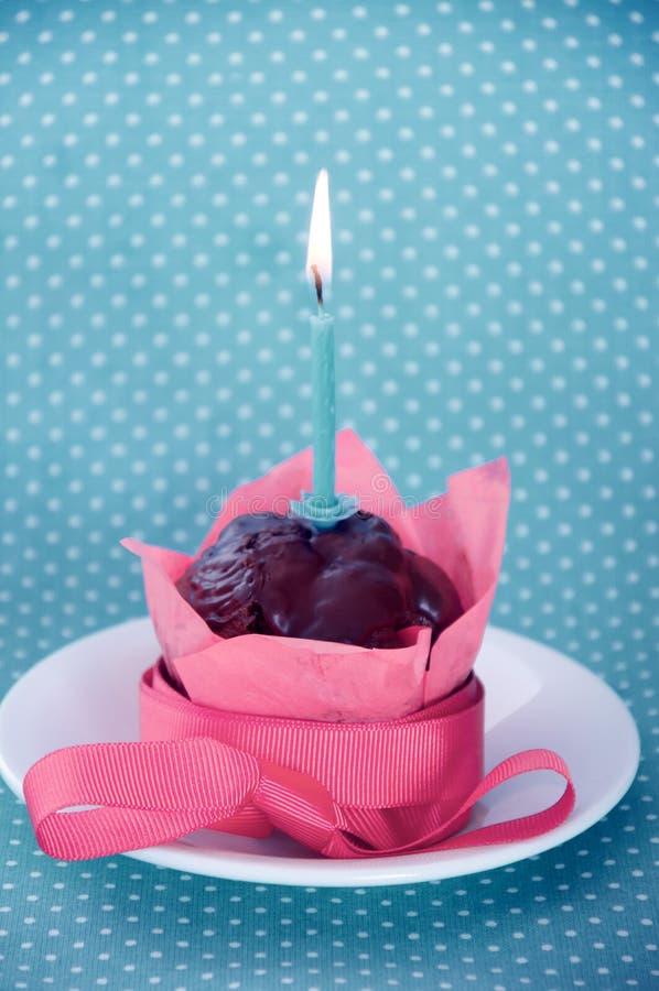 Petit gâteau de joyeux anniversaire avec la bougie image libre de droits