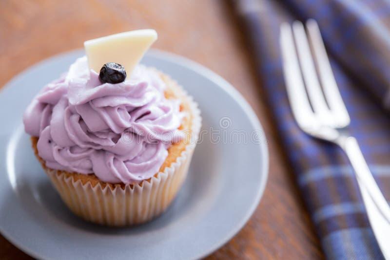 Petit gâteau de myrtille avec de la crème de mascarpone photos libres de droits