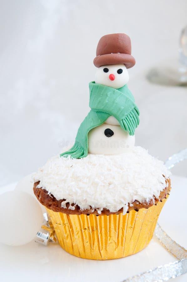 Petit gâteau de Noël avec le bonhomme de neige photographie stock