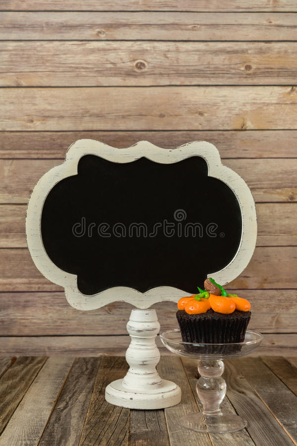Petit gâteau de potiron avec le signe vide de tableau photos libres de droits