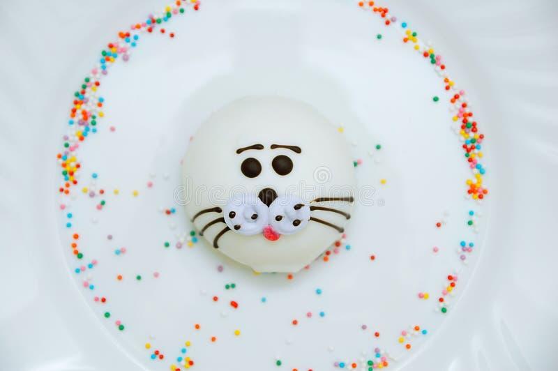 Petit gâteau de soufflé sous forme de joint de fourrure du plat blanc Plan rapproché image libre de droits
