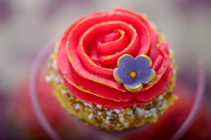 Petit gâteau de style de Bollywood de kitsch image stock