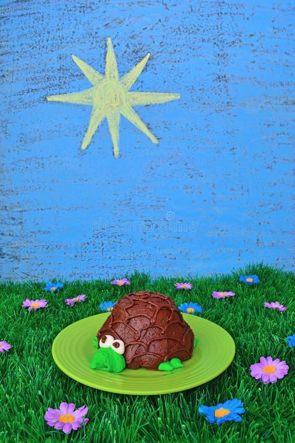 Petit gâteau de tortue avec le thème d'été image libre de droits