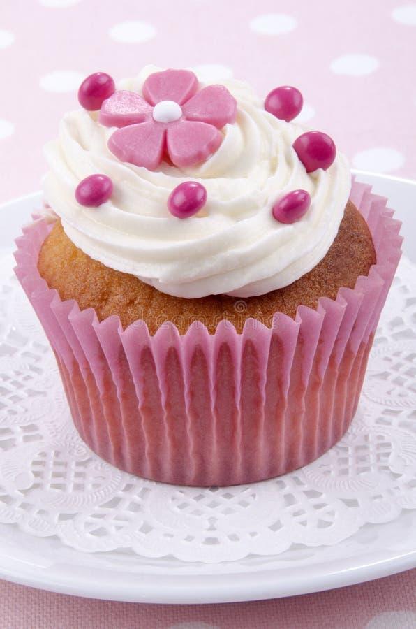 Petit gâteau de vanille avec la fleur rose image stock