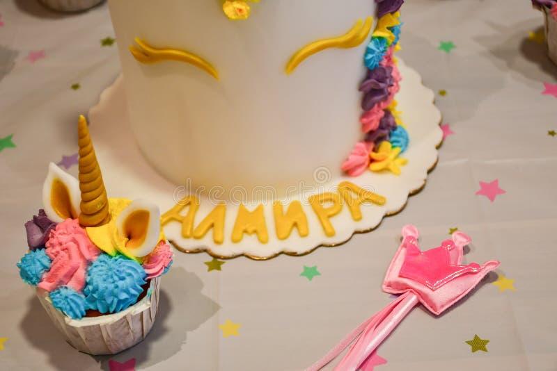 Petit gâteau et gâteau de partie de licorne photo stock