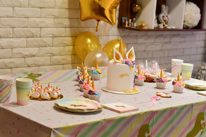 Petit gâteau et gâteau de partie de licorne photographie stock