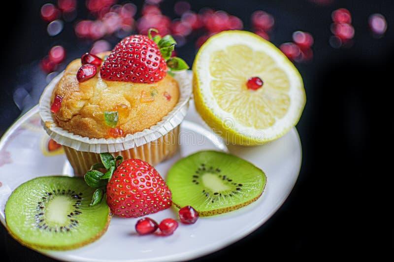 Petit gâteau et fruits image stock