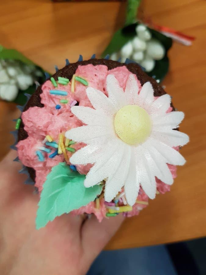 Petit gâteau, fleurs images libres de droits