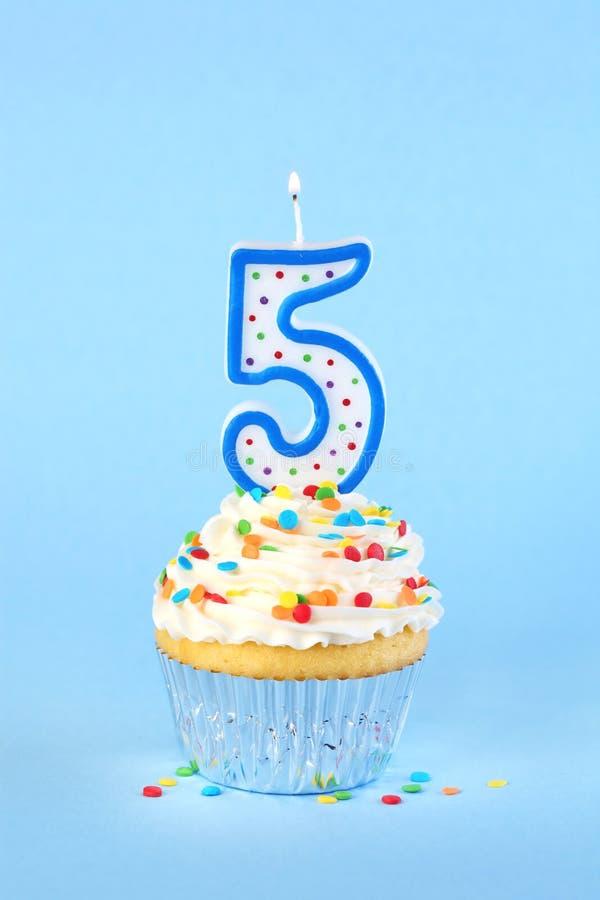 Petit gâteau glacé d'anniversaire avec avec le numéro allumé 5 bougies image libre de droits