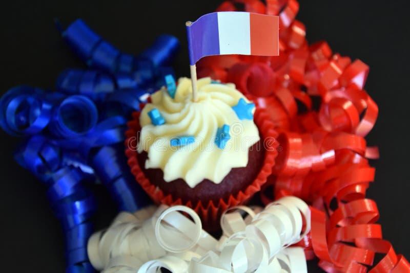 Petit gâteau heureux de jour de bastille avec le drapeau français de rouge, blanc et bleu photo stock