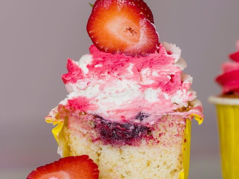 Petit gâteau juteux de baie avec de la crème dans un plan rapproché coupé photographie stock libre de droits
