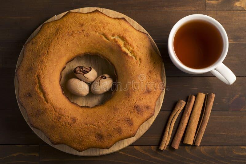 Petit gâteau luxuriant doux avec le thé image stock