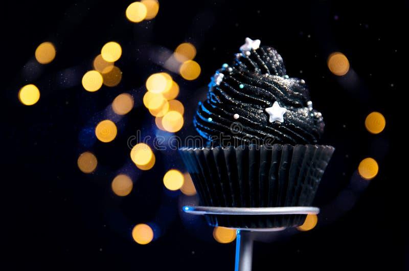 Petit gâteau noir de thème de galaxie, l'espace photos stock