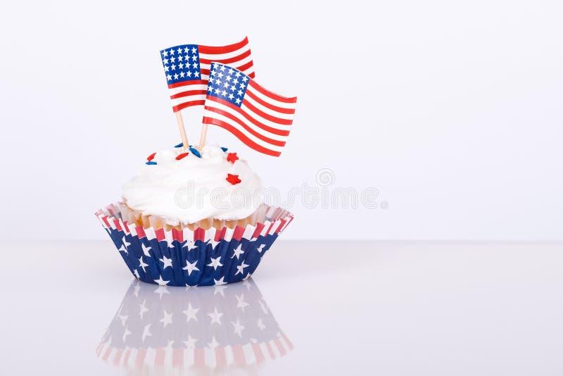 Petit gâteau patriotique avec les drapeaux américains décoratifs photo libre de droits