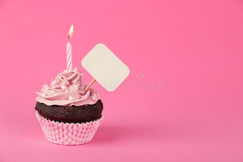 Petit gâteau rose d'anniversaire avec la plaquette images stock