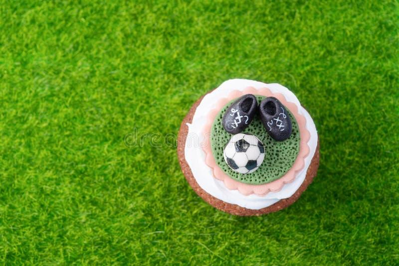 Petit gâteau sur un thème du football photos stock