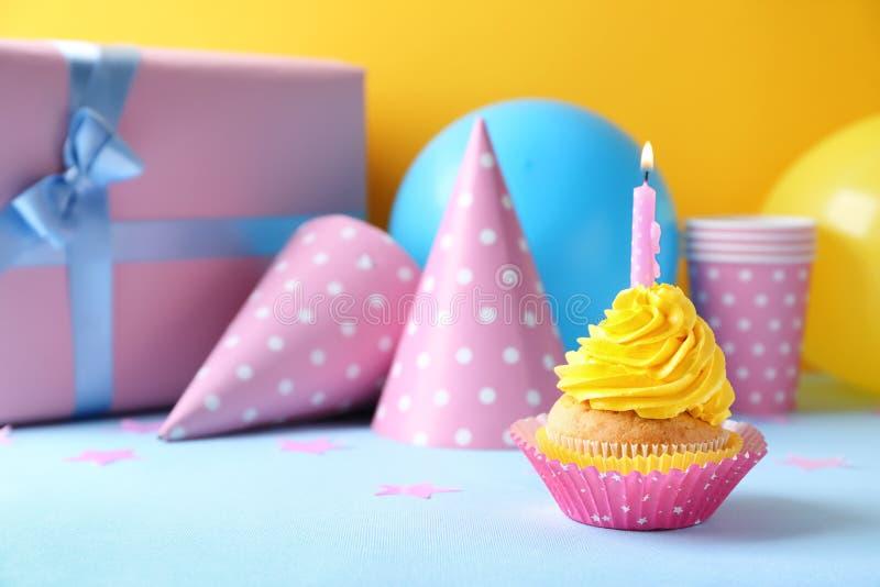 Petit g?teau d?licieux d'anniversaire avec la bougie br?lante sur la table image libre de droits