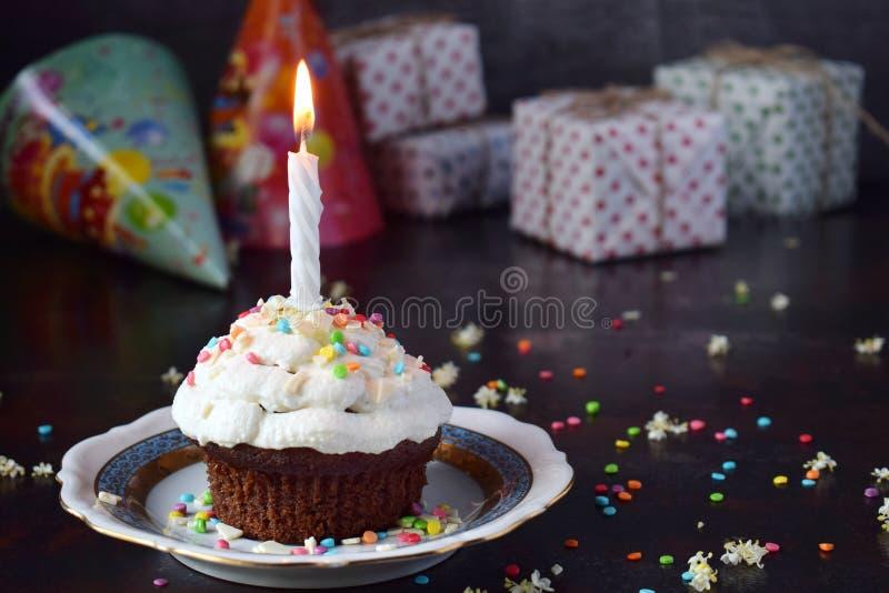 Petit g?teau de chocolat avec de la cr?me et la bougie de vanille Joyeux anniversaire Photo fonc?e photos libres de droits