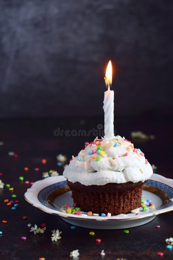 Petit g?teau de chocolat avec de la cr?me et la bougie de vanille Joyeux anniversaire Photo fonc?e photo stock