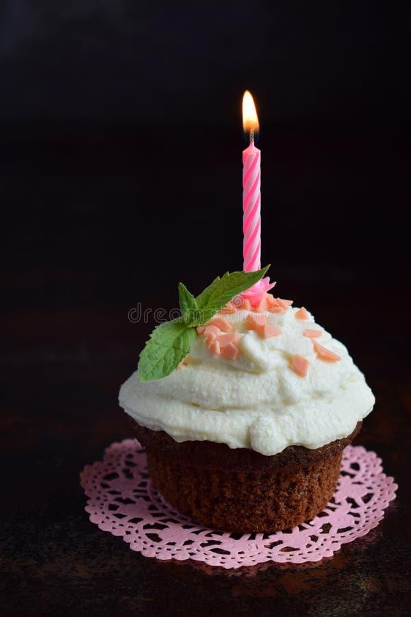 Petit g?teau de chocolat avec de la cr?me et la bougie de vanille Joyeux anniversaire Photo fonc?e photographie stock